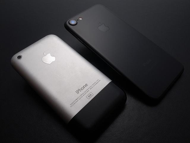 初代PhoneとiPhone 7
