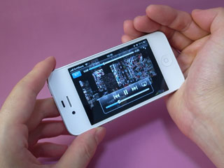 iPhoneのスピーカーに手を添える