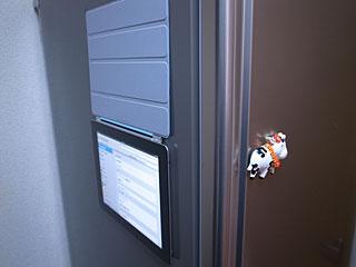 冷蔵庫に貼ったiPad