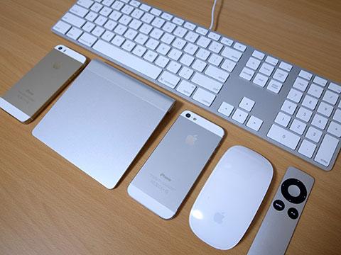シルバーのアップル製品と、iPhone 5sゴールド