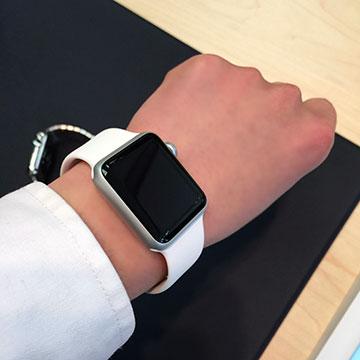Apple Watchスポーツバンドの試着の様子