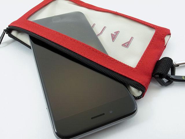 Perfumeスマホポーチに、iPhone 6を収納する