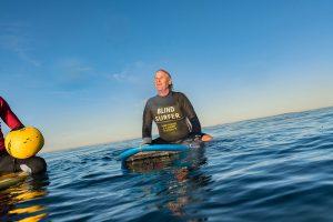 サーフィンをするスコット・リーソン氏
