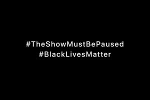 #TheShowMustBePaused #BlackLivesMatter と白文字で書かれた黒いバナー