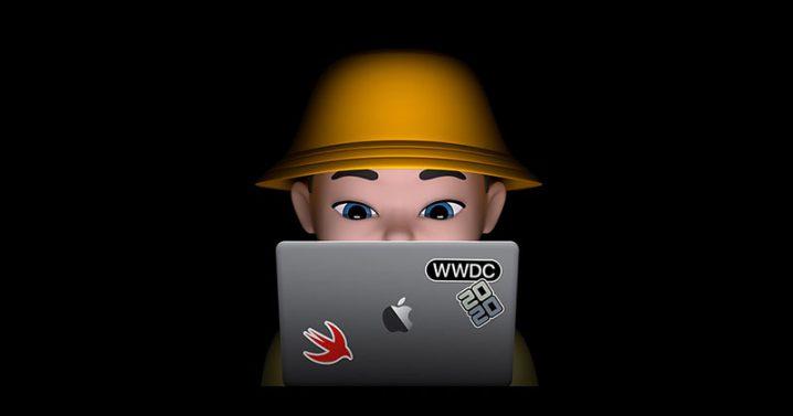 Swift Student Challengeのイメージイラスト。MacBookに向かう、黄色い帽子をかぶったミー文字人物