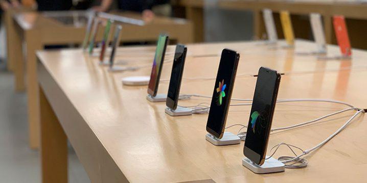 Apple Storeのテーブルに並んだiPhone