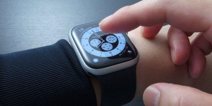 Apple Watchの画面に触れようとしている指
