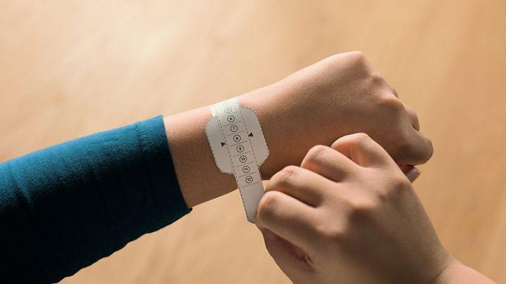 手首にソロループ用の測定ツールを巻いている写真