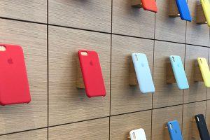 Apple StoreのiPhoneケースの棚