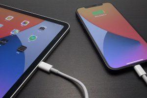 iPad Proの端子でiPhoneを充電している様子