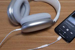 iPhoneと有線接続されたAirPods Max