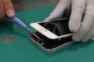 iPhone修理作業の様子
